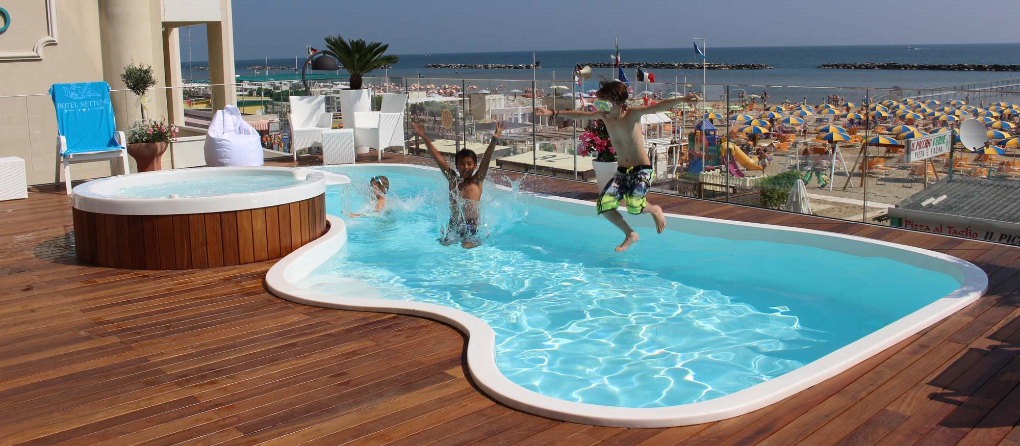 Hotel con piscina a bellaria igea marina hotel nettuno igea for Piscina olimpia nettuno